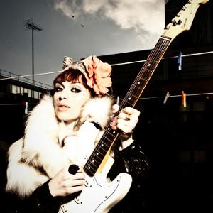 Bild von JJ Rose mit einer Gitarre in der Hand