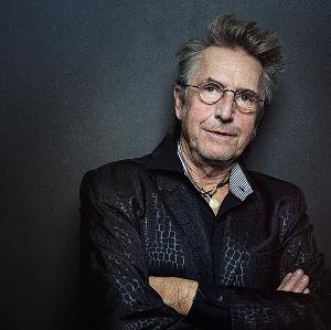 Bild vom Schauspieler Martin Semmelrogge vor einer schwarzen Wand