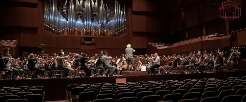 Bild des London Symphony Orchestra mit dem Dirigenten Sir Simon Rattle bei der Probe in der Alten Oper Frankfurt ohne Publikum