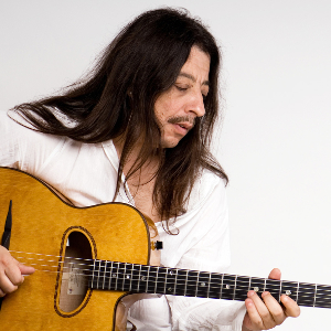 Bild von Harri Stojka mit einer Gitarre in der Hand