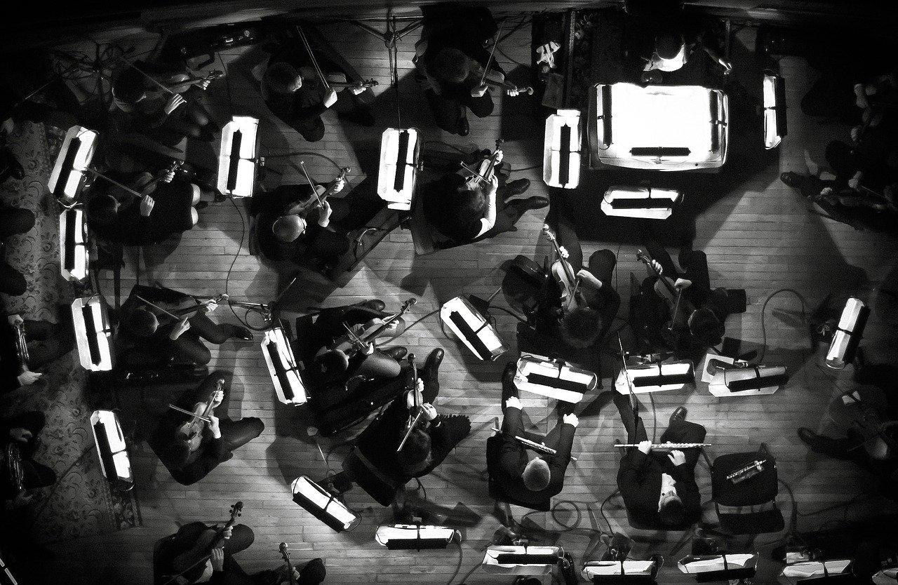 Orchester von oben in schwarzweiß