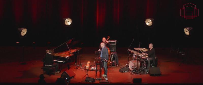 Band auf einer rotbeleuteten Bühne
