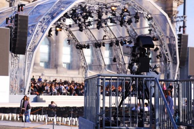 junge-deutsche-philharmonie-vor-dem-deutschen-bundestag-wiedervereinigung-jubiläum