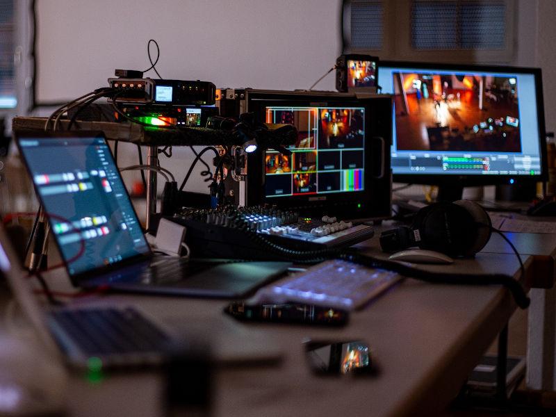 livestreaming-mit-bildschirmen-und-laptops-in-der-live-regie-seehund-media-2020