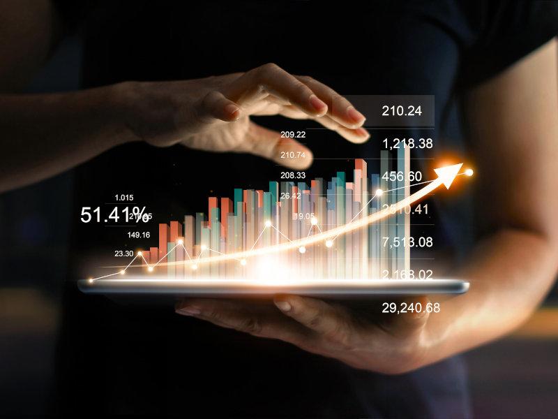 Statistik auf einem Tablet in der Hand einer Frau