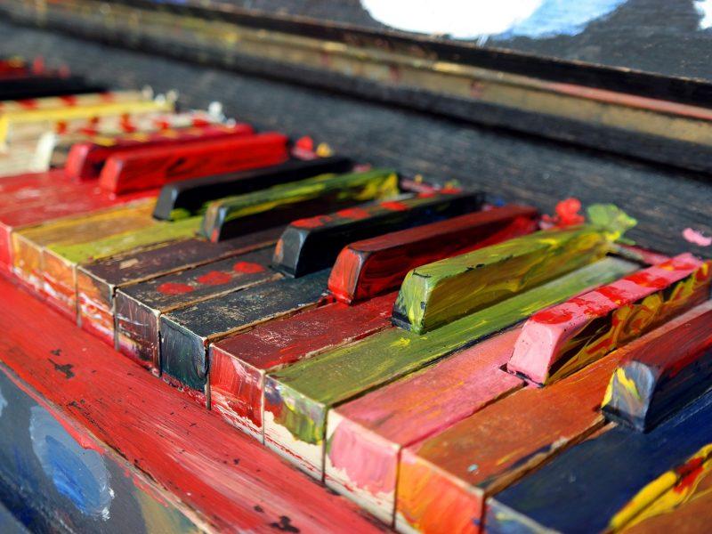 Klaviertasten von der Seite, die mit Farbe angemalt wurden